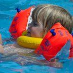 Plavecké pomůcky, které vaše děti zabaví i něco naučí