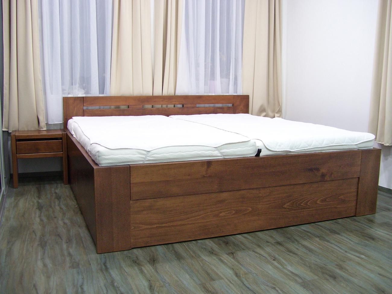 Postel z masivu Denis 200x200, dřevina:buk, povrch: mořeno ořech + čirý lak, s výklopným roštem, foto: postelezmasivu.com