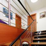 Vkusný interiérový doplněk v domě – nerezové zábradlí